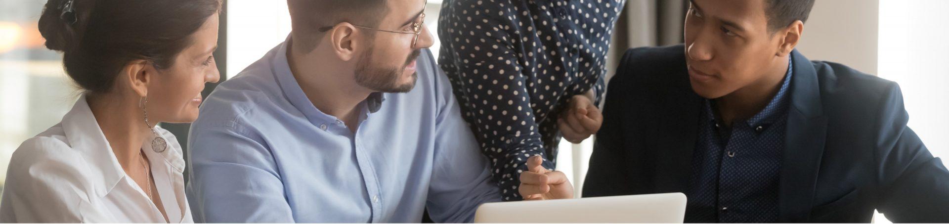 Deux hommes et une femme devant un ordinateur