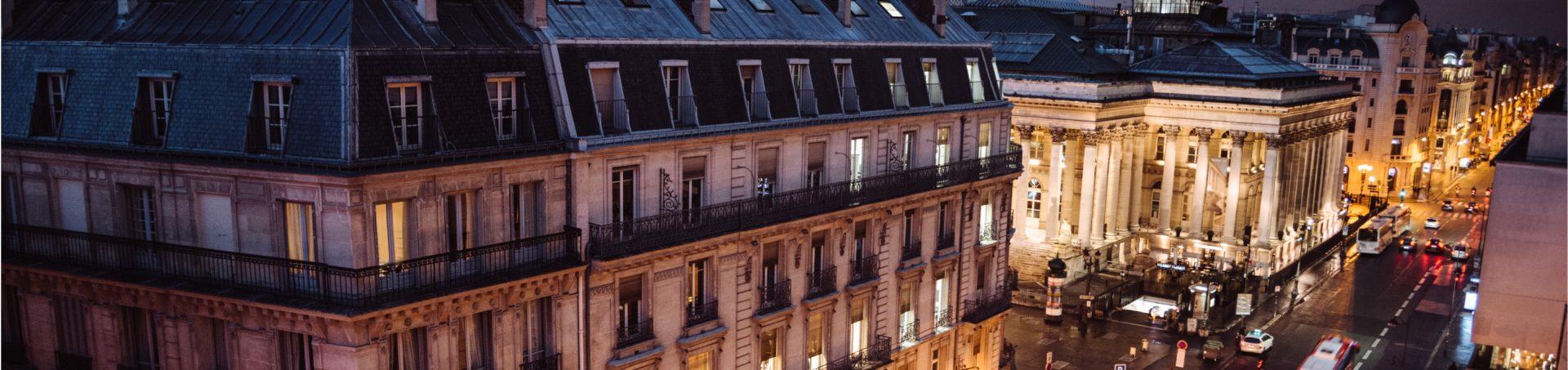Vue des toits de Paris de nuit