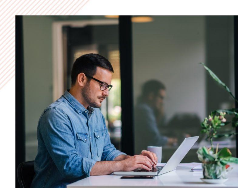 Un homme devant un ordinateur