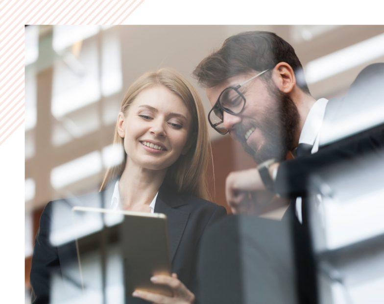 Un homme et une femme regardant une tablette