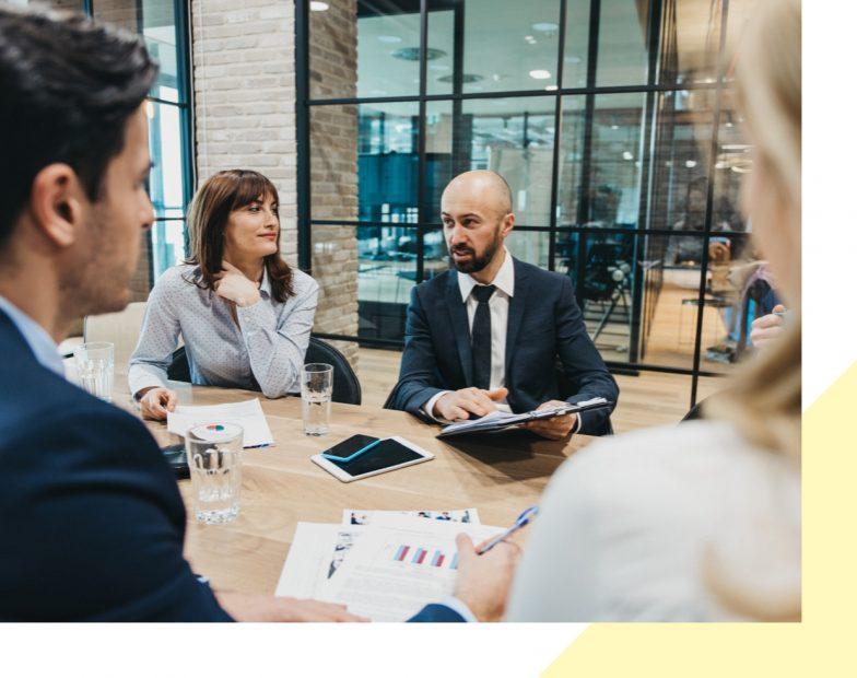 Un groupe de personne qui discute autour d'un bureau